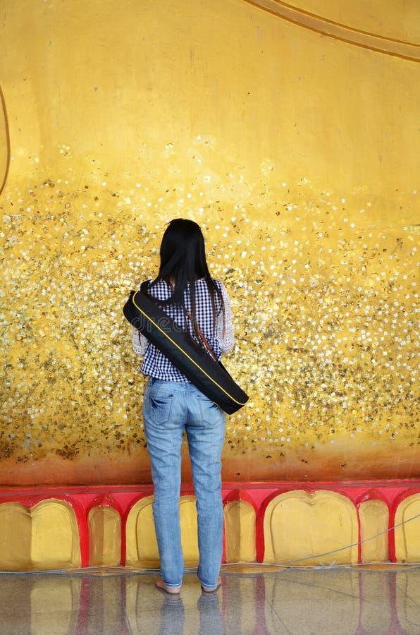 De fotografie glid omvat Doende leunen Boedha met bladgoud in Wat Ras Prakorngthum Nonthaburi Thailand stock afbeelding
