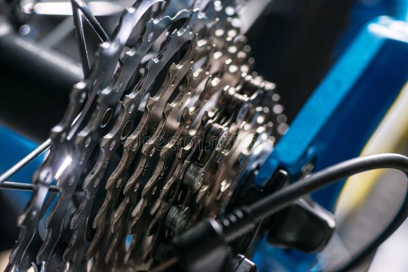 De fotografie van de bergfiets in studio, fietsdelen, derailleur royalty-vrije stock afbeelding