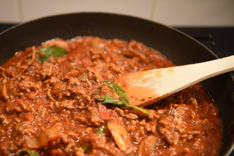 De fotografiebeeld van het kleurenvoedsel van voorbereiding van een diner van de lasagna'sfamilie met rundvlees of lamsuipaddesto stock fotografie