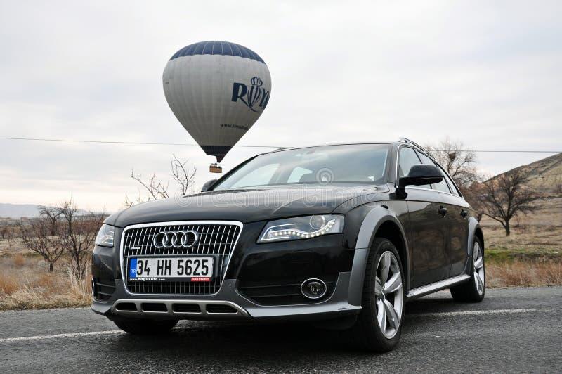 De fotospruit van Audi a4 allroad en cappadociaballon in nevsehir Turkije royalty-vrije stock foto