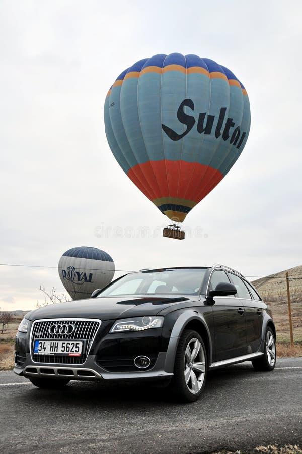 De fotospruit van Audi a4 allroad en cappadociaballon in nevsehir Turkije stock afbeeldingen