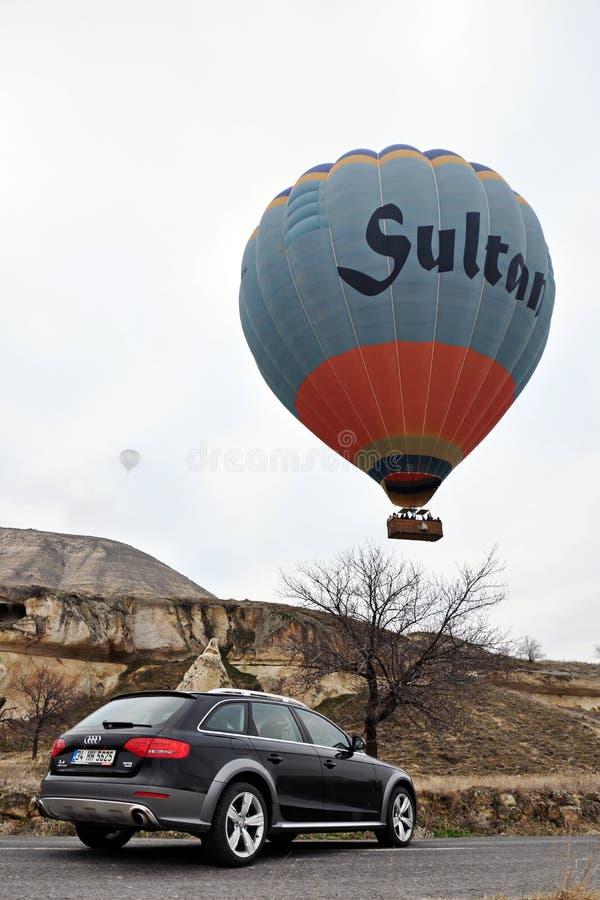 De fotospruit van Audi a4 allroad en cappadociaballon in nevsehir Turkije royalty-vrije stock afbeelding