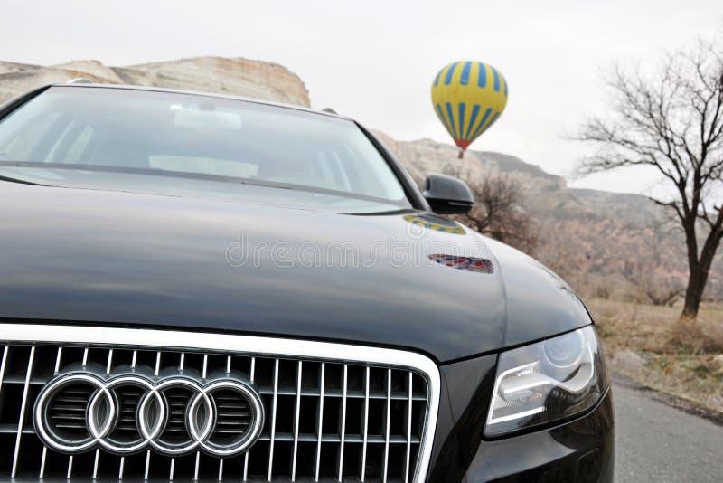 De fotospruit van Audi a4 allroad en cappadociaballon in nevsehir Turkije royalty-vrije stock afbeeldingen