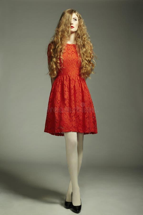 De fotovrouw van de manier in rode kleding stock foto