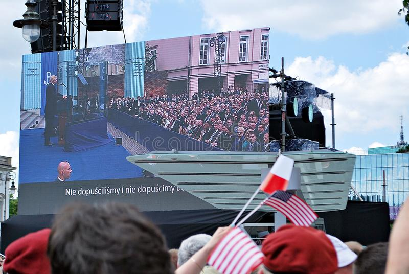 De foule drapeaux de vague avec enthousiasme images libres de droits