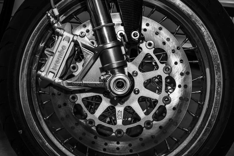 De främre bromsarna av en racerbil för sportmotorcykelNorton Commando 961 kafé royaltyfria foton