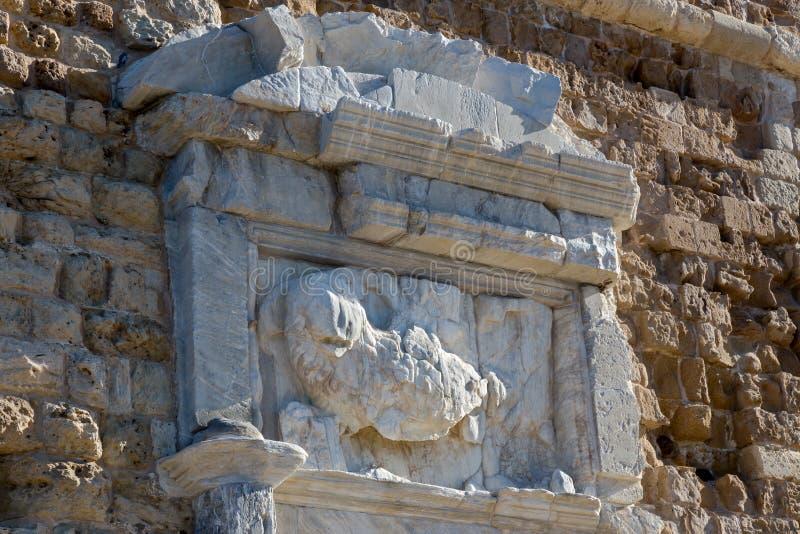 De fragmenten van een oude muur met monumenten van geschiedenis stock foto's