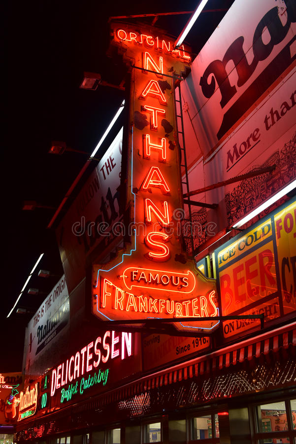 De Frankfurterworsten van originele Nathan - Coney Island, Brooklyn, NY stock fotografie
