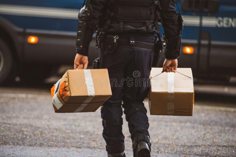 De Franse levering van de lanceringsgranaten van de Politieman dragende hand royalty-vrije stock afbeeldingen