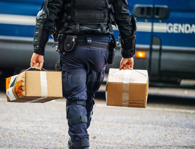 De Franse levering van de lanceringsgranaten van de Politieman dragende hand royalty-vrije stock foto