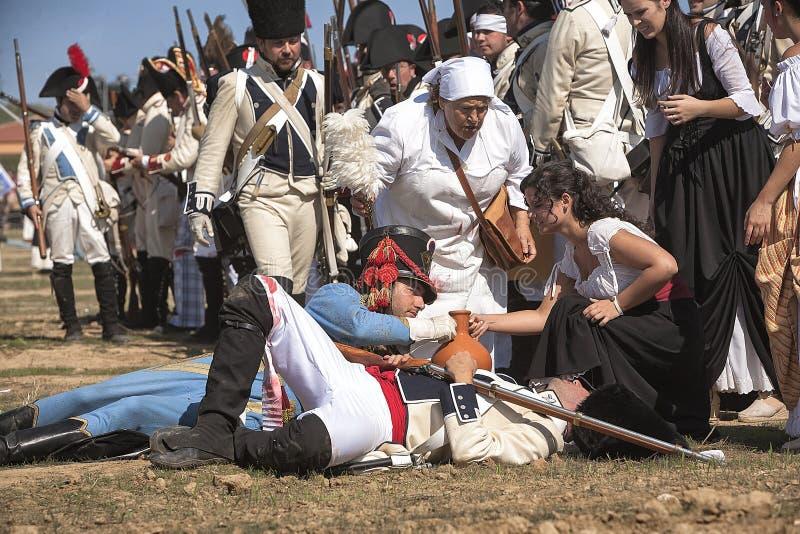 De Franse militair verwondde op het slagveld tijdens Vertegenwoordiging van de Slag van Bailen stock foto