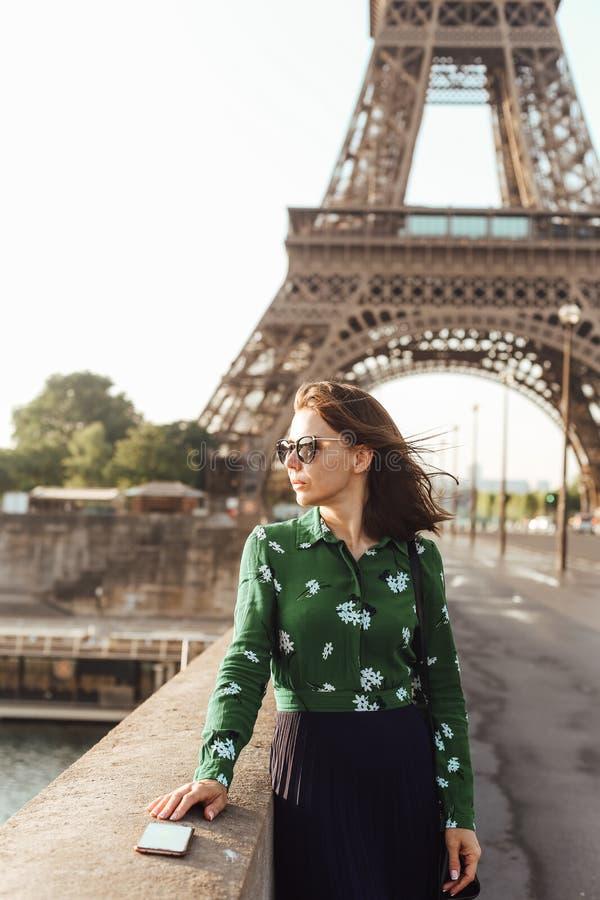 de Franse van smartphoneeiffel van de manicurevrouw glazen van de de torenbezinning royalty-vrije stock fotografie