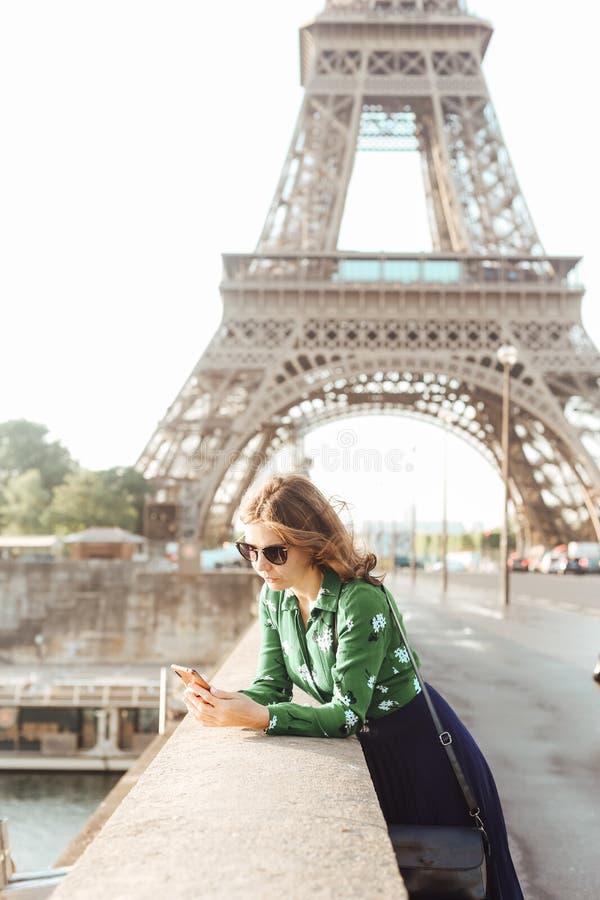 De Franse van smartphoneeiffel van de manicurevrouw glazen van de de torenbezinning royalty-vrije stock foto's