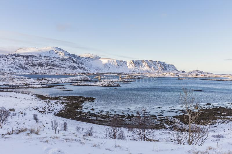 De Fredvang-bruggen verbinden de eilanden Flakstadøya en Mosken stock foto's
