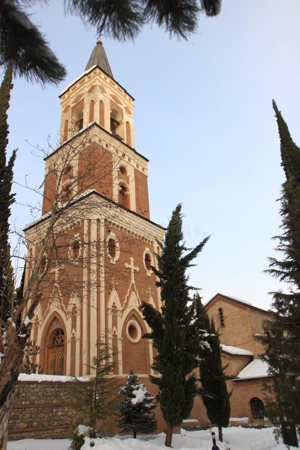 De free-standing klokketoren met drie verdiepingen in Klooster van St Nino in Bodbe in de winter stock fotografie