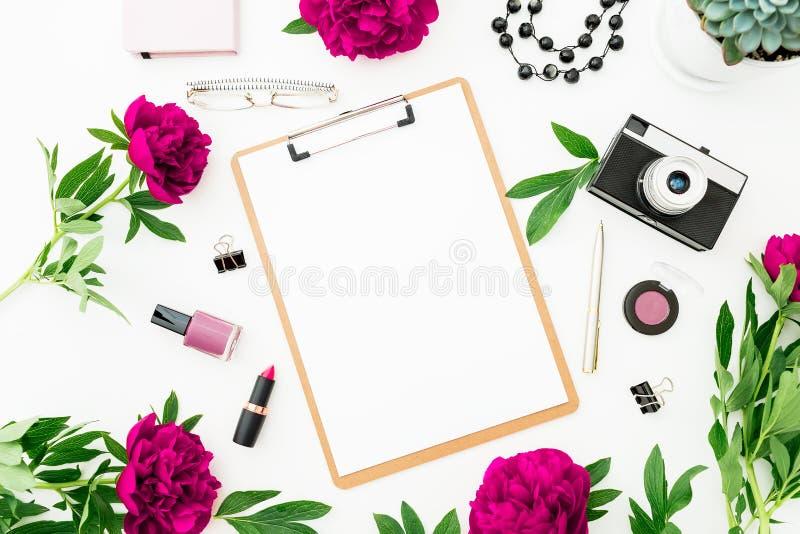 De Freelancerwerkruimte met klembord, zuivelfabriek, pioen bloeit en retro camera op witte achtergrond Vlak leg, hoogste mening M royalty-vrije illustratie