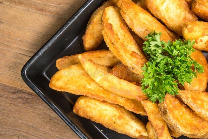 De frieten, spaanders, vingerspaanders zijn gesneden gefrituurde aardappels, Gemeenschappelijk snel die voedsel met tomatensaus,  royalty-vrije stock foto's
