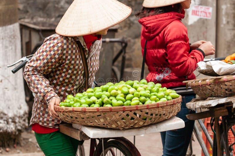 De fruitstraatventers met fietsen op de straat van Lao Kai, wedijveren royalty-vrije stock foto's