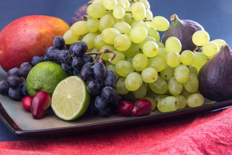 De frutos da variedade vida exótica ainda com uvas, figos, cal, pêssego, manga e melancia fotografia de stock