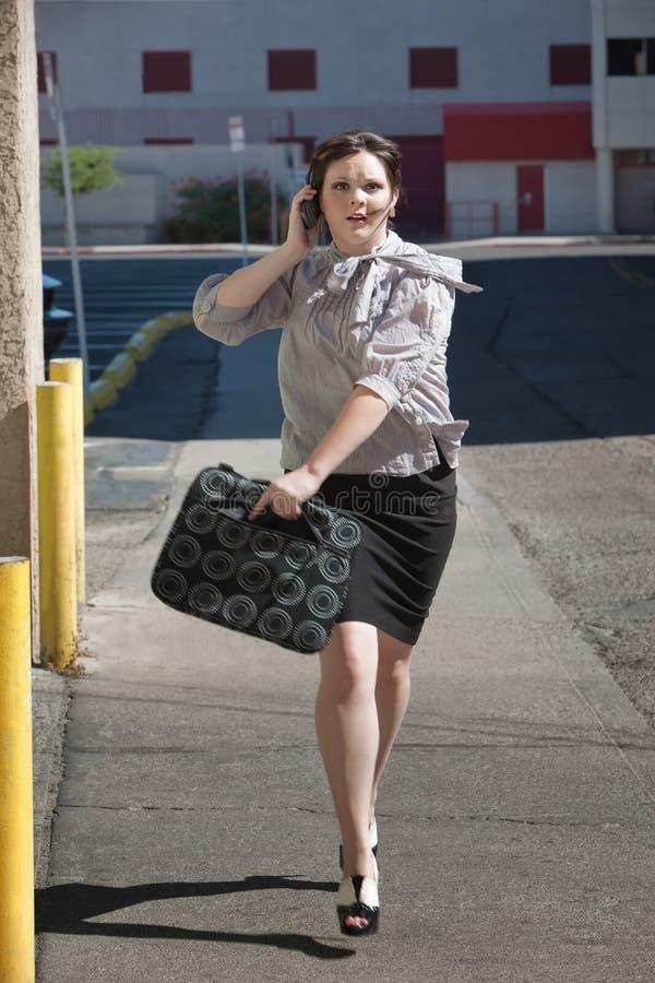 De funcionamento da mulher dos funcionamentos rua para baixo. foto de stock