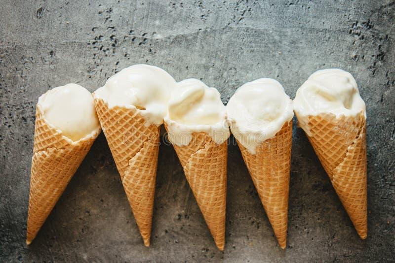 De fusión helado en conos de la galleta imagenes de archivo