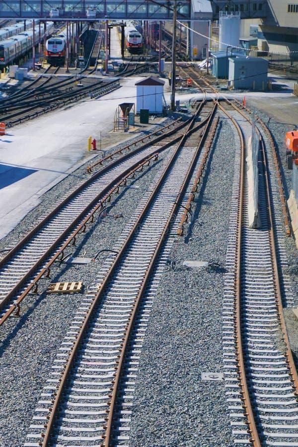 De fusie van treinsporen en verdeelt bij actief station stock afbeeldingen