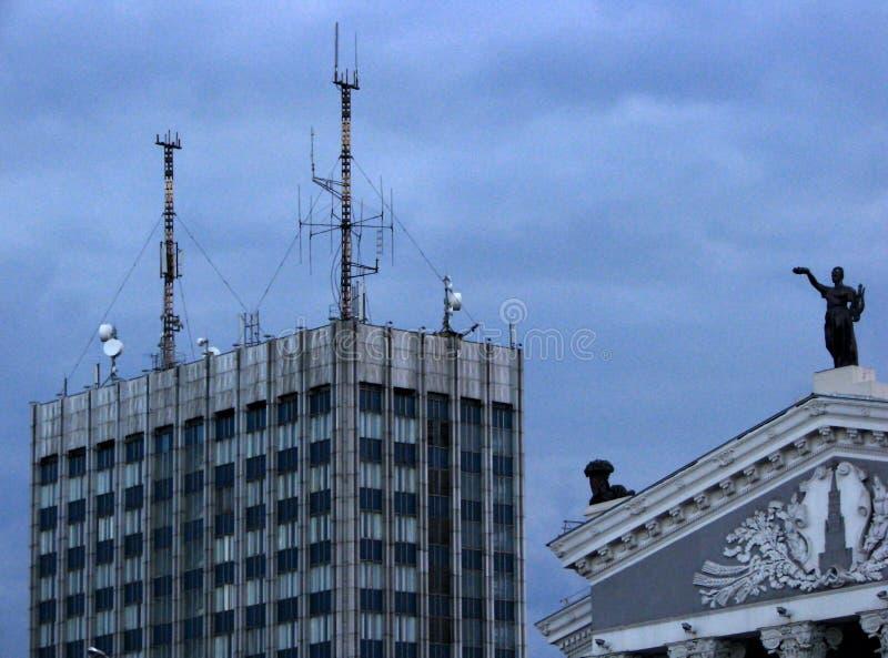 De futuristische eclectische cityscape postsoviet achtergrond van de menings blauwe hemel stock foto's