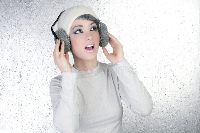 De futuristische hoofdtelefoons van de de hoorzittingsmuziek van de maniervrouw stock foto