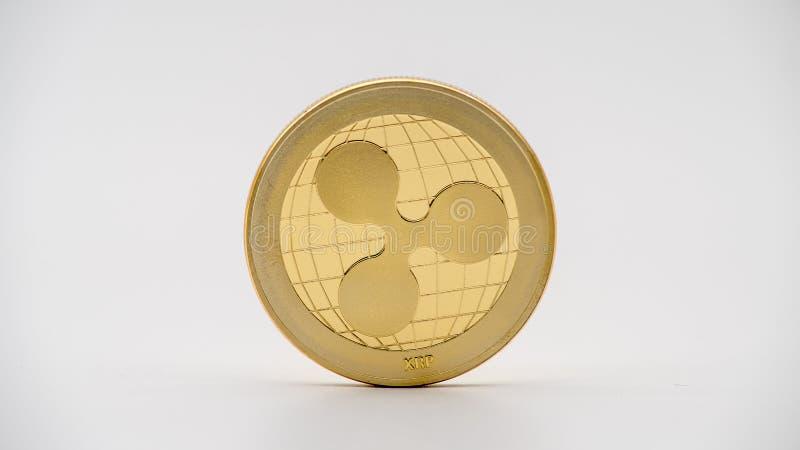 De fysieke munt van metaal gouden Ripplecoin op witte achtergrond XRP-muntstuk stock afbeelding