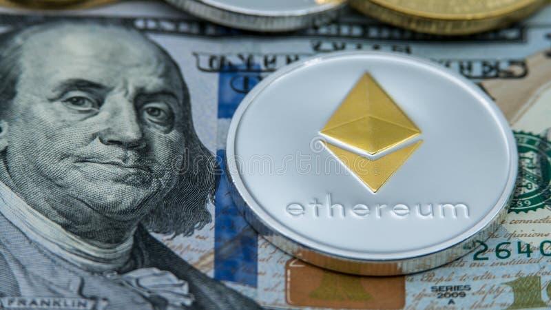 De fysieke munt van metaal zilveren Ethereum meer dan 100 Amerikaanse dollarrekening royalty-vrije stock afbeelding