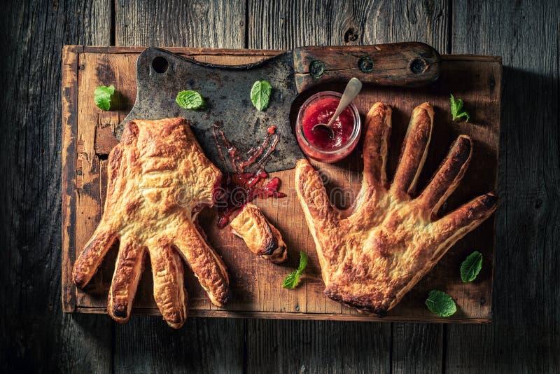 De gâteau étrange de main avec de la confiture de fraise en tant qu'aimer le concept photographie stock libre de droits