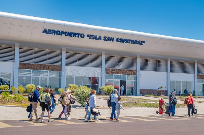 DE GALAPAGOS, ECUADOR, 19 MAART, 2018: Arbeiders en hoofdgebouw van de luchthaven van de Galapagos, Ecuador stock fotografie
