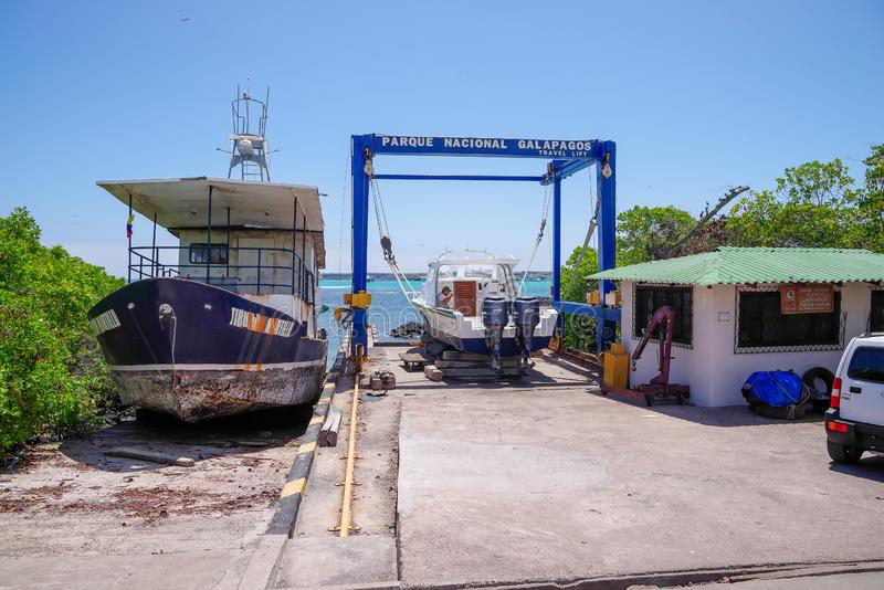 DE GALAPAGOS, ECUADOR 11 NOVEMBER, 2018: Boot voor onderhoud in Puerto Ayora, Santa Cruz Island, de Eilanden dat van de Galapagos royalty-vrije stock afbeeldingen