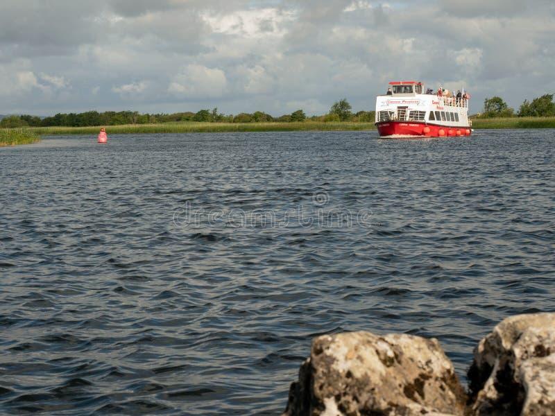 07/18/2019 de Galway, Irlanda Navigação do navio de cruzeiros da princesa de Corrib no dia de verão nebuloso de Corrib do rio imagens de stock