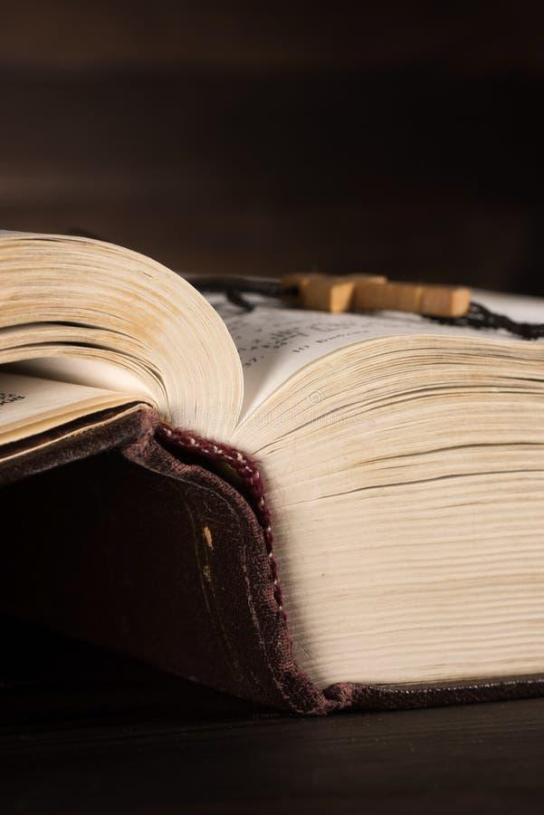 De gamla öppnar boken - den heliga bibeln royaltyfri fotografi