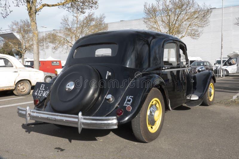De gamla bilarna: Sikt bakifrån av den Citroen dragkraften Avant royaltyfria bilder