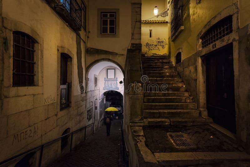 De gamla gatorna av Lissabon regn portugal fotografering för bildbyråer