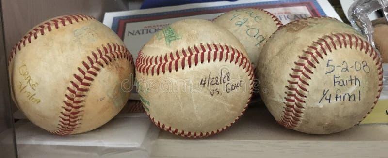 De gamla homerunbaseballen arkivfoton