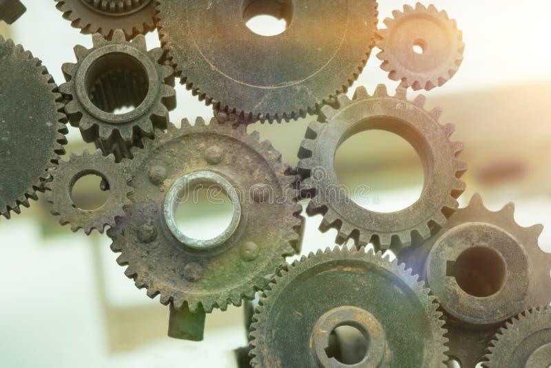 De gamla kugghjulhjulen är församlade in i en rörelsemekanism, detaljerna av pusslet royaltyfri foto