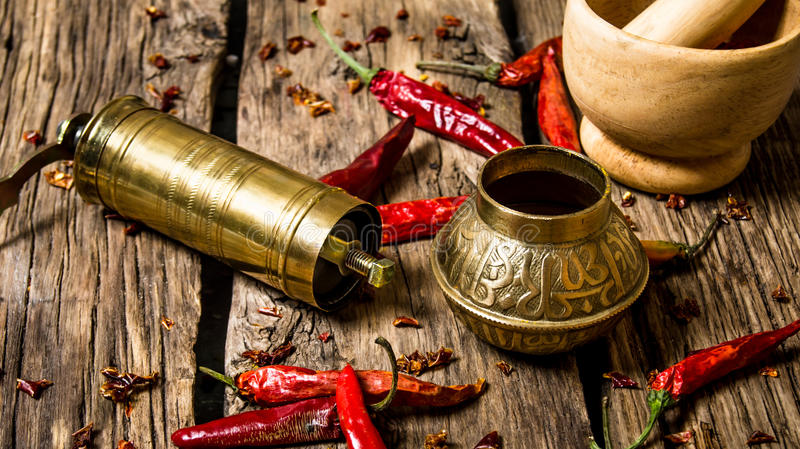 De gamla maler och mortel med jordpeppar för den röda chili royaltyfria bilder