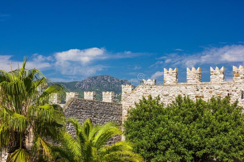 De gamla väggarna av fästningen i den turkiska Marmarisen royaltyfria bilder