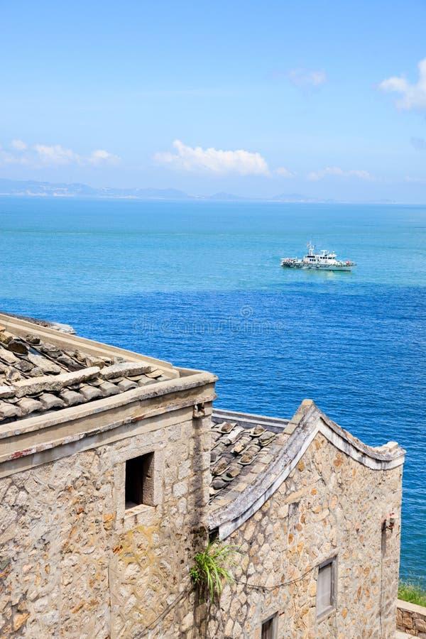 De gammala stena-lagda stilbyggnaderna vid havet royaltyfri foto