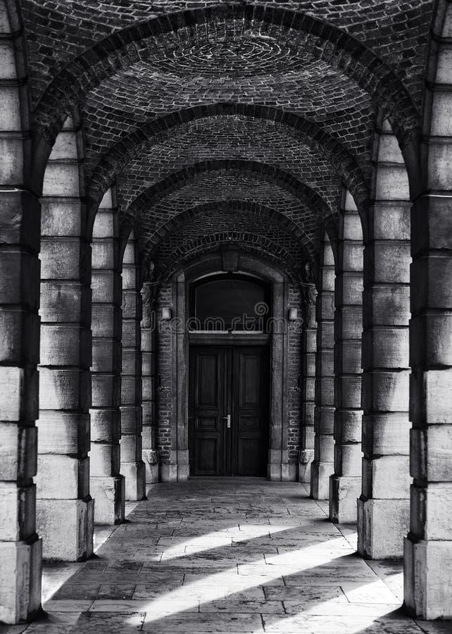 De gang met kolommen in zwart-witte seleniumfoto, vat architecturale foto, zwart-witte foto, architectuurdetails samen stock foto