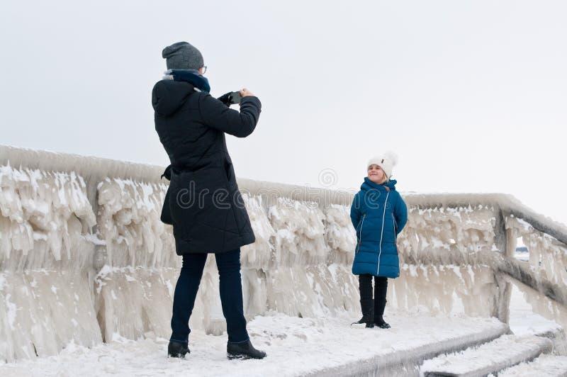 De gang van de de winterfamilie bij Darlowo-strand royalty-vrije stock foto's