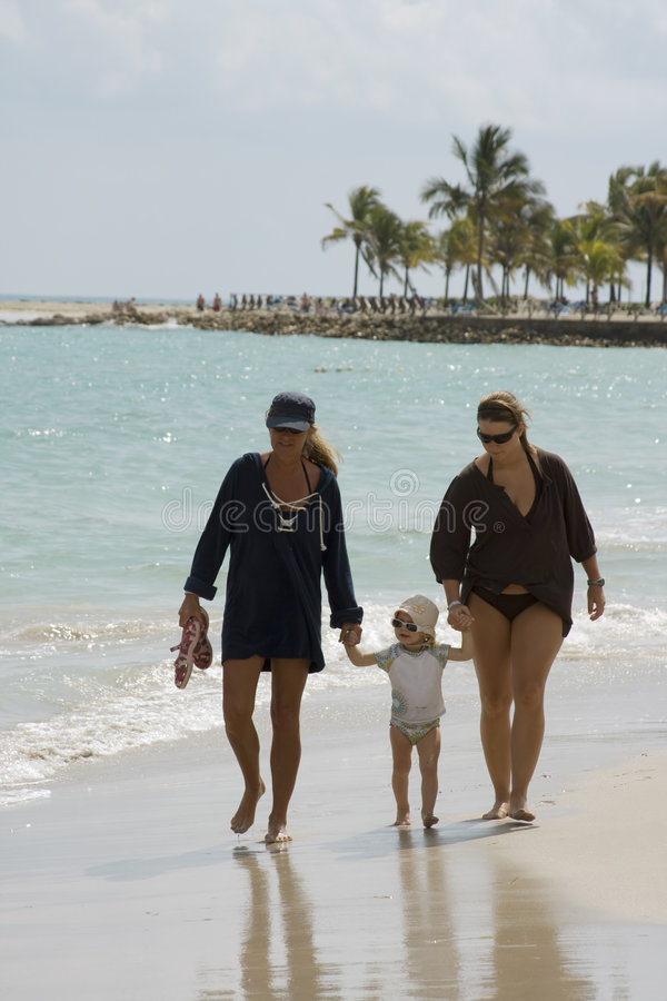 De gang van de familie op Strand stock afbeelding