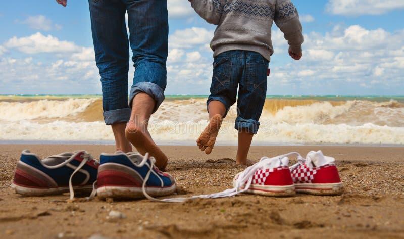 De gang van de vader en van de zoon bij de kust royalty-vrije stock foto