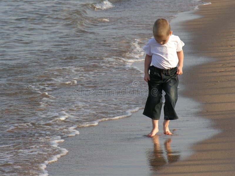 De gang van het kind op strand royalty-vrije stock foto's