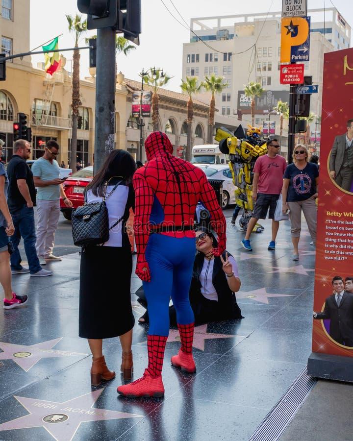 De Gang van Hollywood van Bekendheid Straatkunstenaars, en toeristen die en foto's op Hollywood-Boulevard lopen nemen stock afbeelding