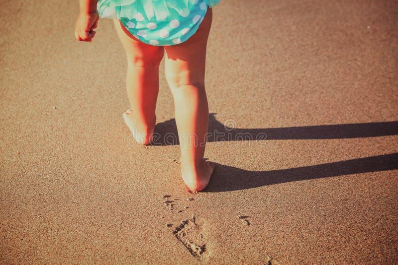 De gang van meisjevoeten op strand stock fotografie