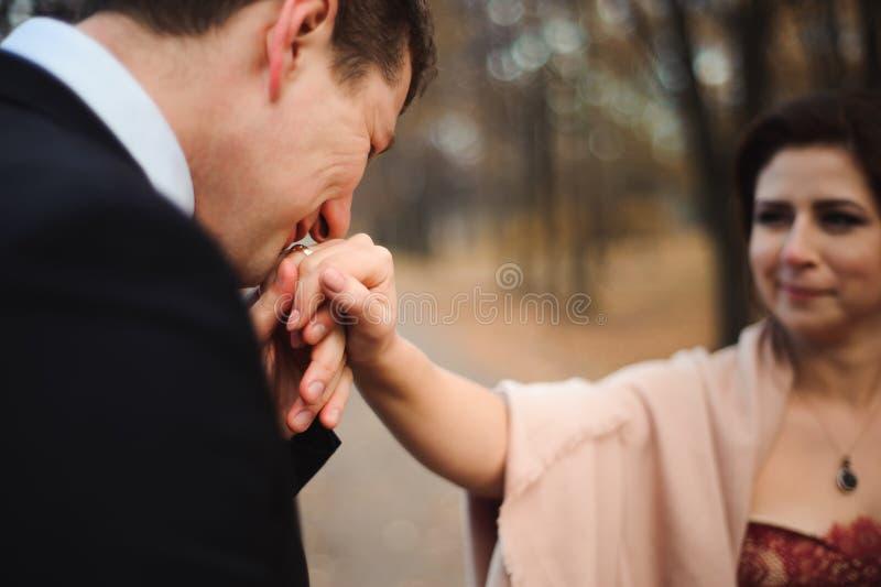 De gangen van het paar in het park Romantisch omhels van jonggehuwden royalty-vrije stock fotografie